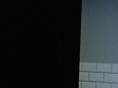 pomieszczenie z czarną ścianą na środku